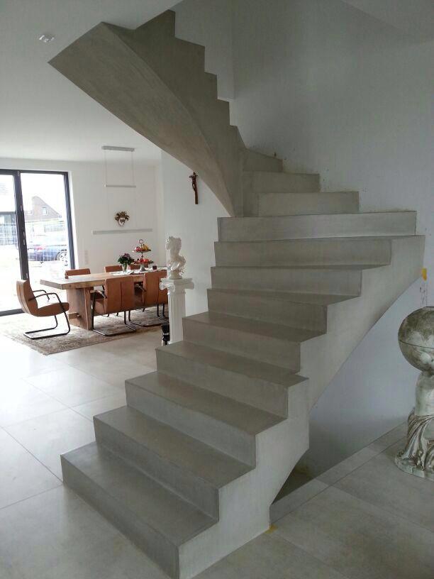 Schody z betonu architektoniczego oraz barwionego